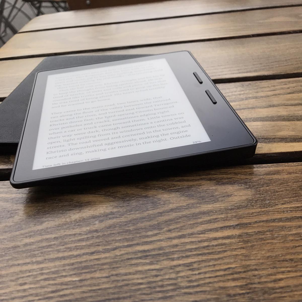 Kindle Oasis på et bord